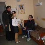 Настоятель храма прт. Иоанн в Интернате для инвалидов с Пасхальными подарками